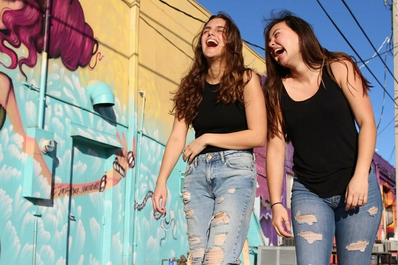 beautiful women best friends brunettes 2346701